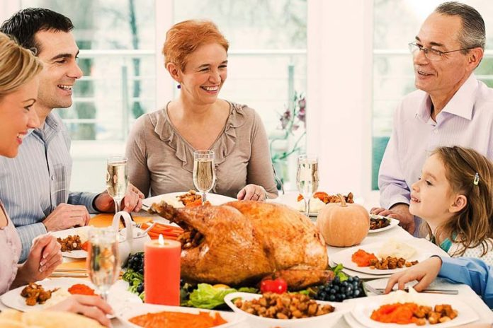 De-Stress Thanksgiving, no stress thanksgiving, thanksgiving tips and tricks, thanksgiving life hacks, thanksgiving tips for healthy eating, funny thanksgiving tips, planning thanksgiving dinner checklist, creative ideas for hosting thanksgiving dinner, thanksgiving planner printable, thanksgiving food checklist,