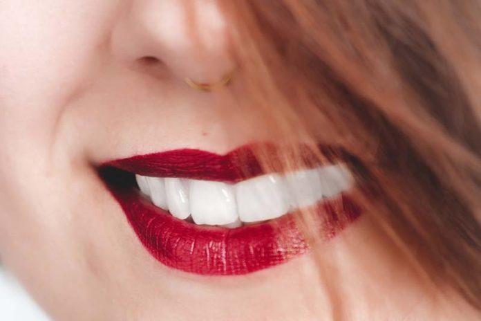How to Naturally Whiten Teeth : 自然美白牙齒的方法